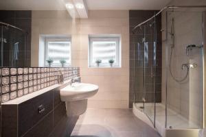 Staviate alebo renovujete kúpeľňu? Pozor na správne sprchovacie dvere